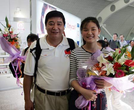 图文:首批奥运健儿返京 王义夫与他的女儿