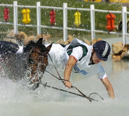 图文:马术障碍赛 不慎落水