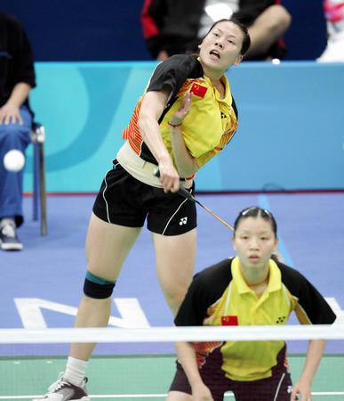 中国选手杨维/张洁雯在雅典奥运会羽毛球女双四分之
