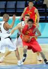 图文:中国男篮首尝胜绩 杜峰在夹击中强行突破