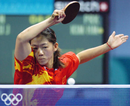 图文:乒乓球女单 牛剑锋在比赛中激战