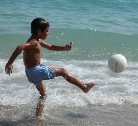 图文:uu语信雅典聚焦 海边嬉戏的儿童