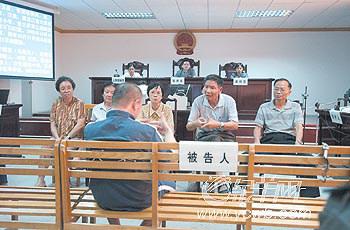 于8名被告均是聋哑人,审理过程须由广州市聋哑学校的手语老师配