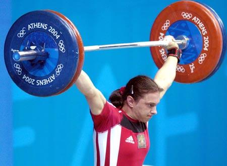 图文:女子举重63kg比赛+坚持住