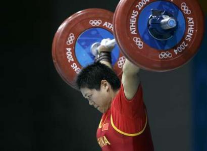 图文:女举69公斤比赛 刘春红破抓举世界纪录