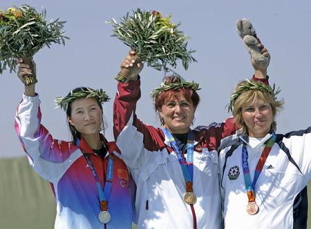 图文:女子飞碟双向 获奖牌的选手在领奖台上