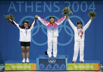 图文:女举69公斤比赛 站在颁奖台上的刘春红
