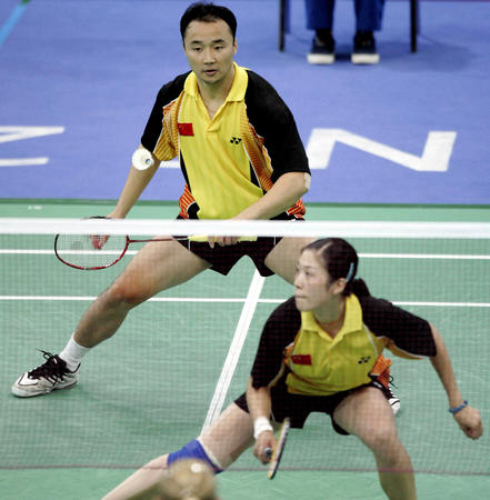 图文:羽毛球混双 张军/高崚比赛中-2004雅典奥运会
