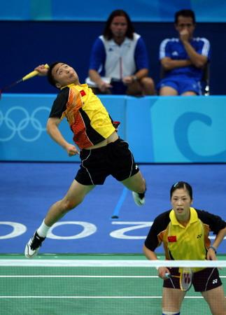 图文:羽毛球混双比赛 张军全力杀球