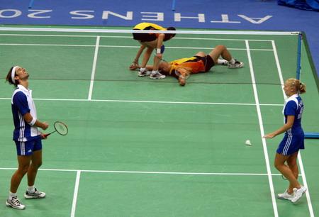 图文:羽毛球混双比赛 张军/高凌一击成功