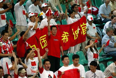 图文:羽毛球混双比赛 中国助威团兴高采烈