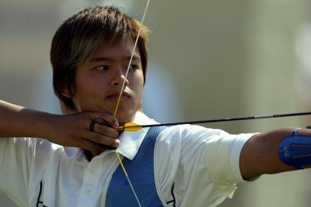 图文:射箭比赛 韩国运动员在比赛中