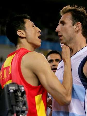 图文:男篮比赛中国VS阿根廷 场上气氛火爆