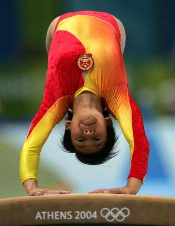 图文:女子体操全能决赛 王楠进行跳马表演