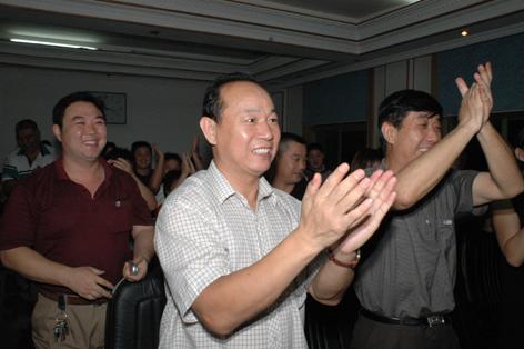 图文:刘春红奥运夺冠 山东母校师生鼓掌庆祝