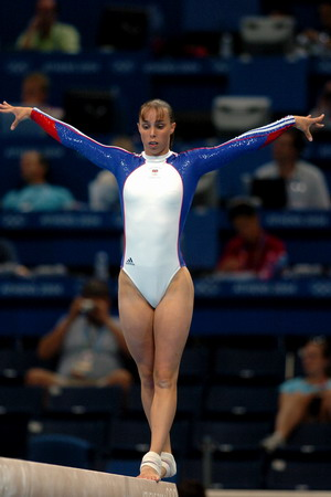 图文:女子体操全能 英国选手在平衡木比赛(1)