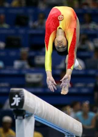 图文:女子体操全能决赛 张楠身轻似燕