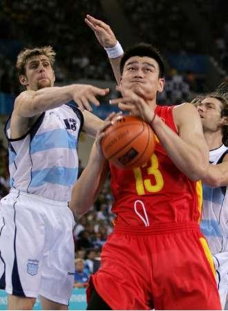 图文:男篮比赛中国VS阿根廷 身陷重围的姚明