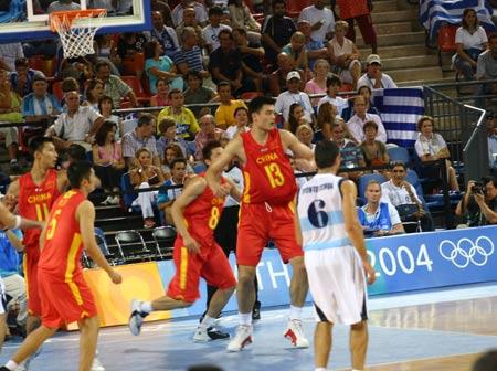 北京时间8月20日凌晨,雅典奥运会上中国男篮迎战阿根廷队,中国