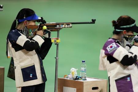 图文:女子步枪50米决赛 王成意在比赛中
