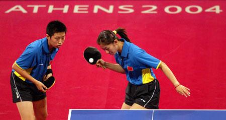 图文:乒乓球女双比赛 郭跃/牛剑锋获得铜牌