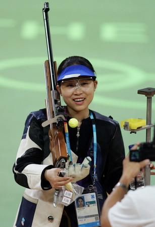图文:女子50米步枪决赛 王成意完成比赛