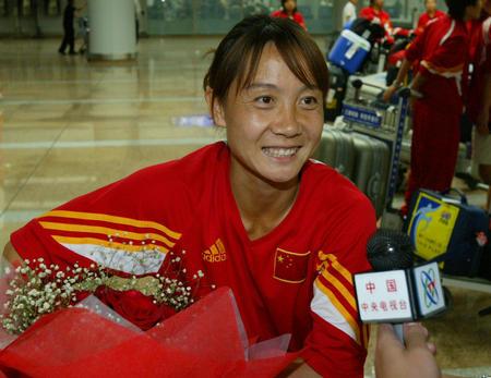 女足回国 老将王丽萍接受记者采访