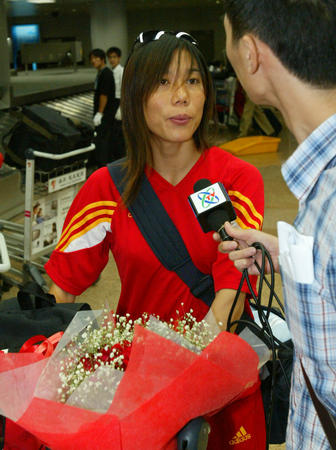 女足回国 女足老将范运杰接受记者采访