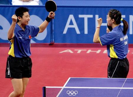 图文:乒乓球女双争铜牌 郭跃/牛剑峰在庆祝胜利