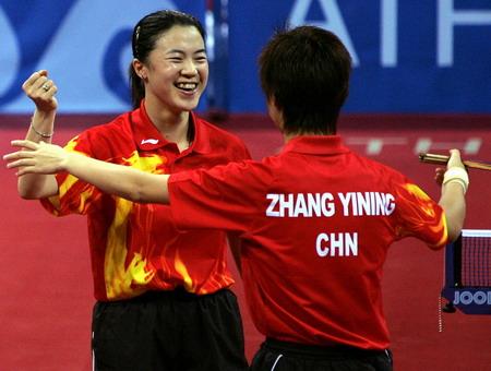 图文:乒乓球女双决赛 王楠/张怡宁在庆祝夺冠