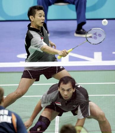 图文:羽毛球男双 印尼选手在比赛中-2004雅典奥运会