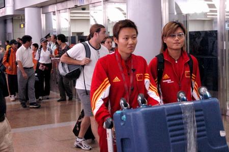 图文:中国军团抵京 女足队员神情严肃