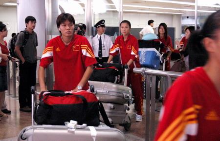 图文:中国军团抵京 没有欢呼的人群