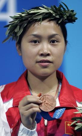 图文:女子50米步枪决赛 王成意展示铜牌