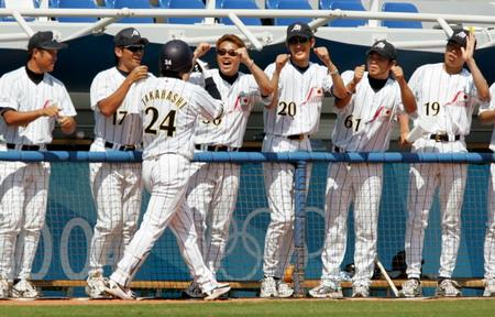 图文:奥运会棒球比赛 日本队球员在庆祝胜利