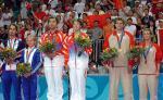 图文:羽毛球混双 获奖选手站在领奖台上