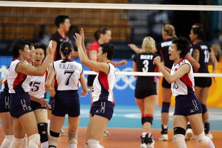 图文:中国女排轻取德国 中国队员庆贺胜利