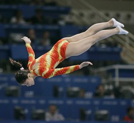 图文:蹦床女子个人赛 黄珊汕在比赛中
