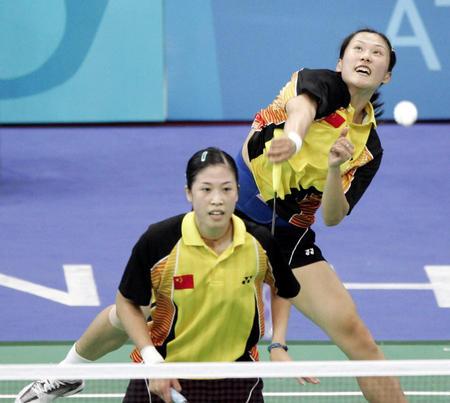 图文:羽毛球女双 高崚/黄穗比赛瞬间-2004雅典奥运会