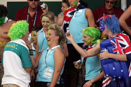 澳大利亚游泳选手啦啦队在赛场做脸谱秀