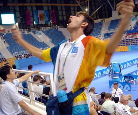 雅典志愿者在奥运会比赛中活跃气氛
