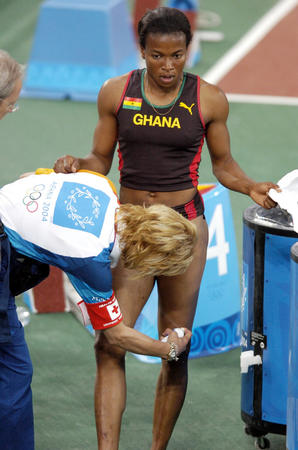 图文:田径女子100米复赛 意外拉伤大腿