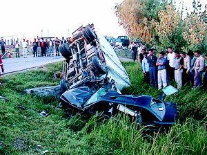 桑塔纳轿车车头撞瘪,外形扭曲侧翻进旁边的排水沟里,车内的被高清图片