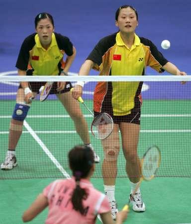 图文:羽毛球女双决赛 高��/黄穗在比赛中