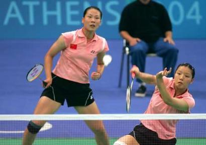 图文:羽毛球女双决赛 杨维/张洁雯在比赛中