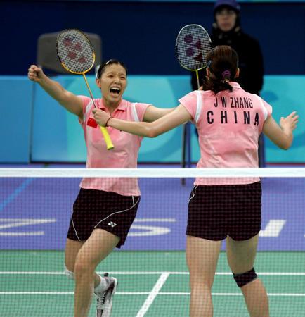 中国选手杨维/张洁雯在雅典奥运会羽毛球女双决赛中