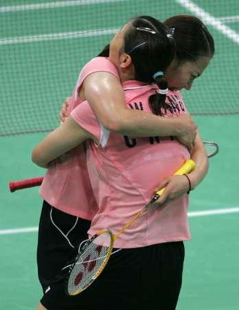 图文:羽毛球女双决赛 杨维/张洁雯庆祝胜利