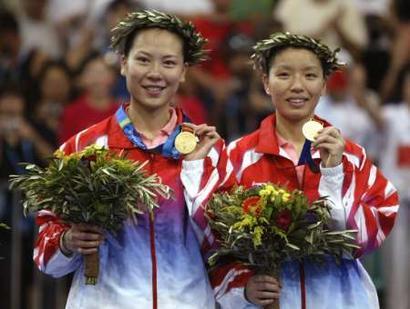 图文:羽毛球女双决赛 杨维/张洁雯展示金牌