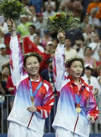 图文:羽毛球女双决赛 杨维/张洁雯挥手致意