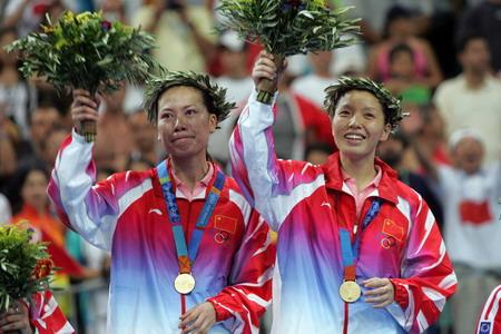 图文:羽毛球女双 张洁雯/杨维向观众挥手致意